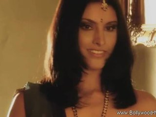 Bollywood beauty strips und teases
