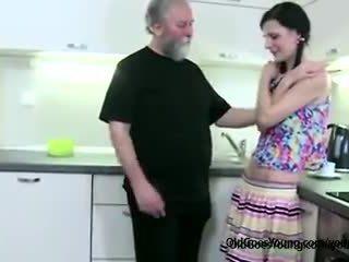 Збуджена тендітна дівчина lets старий людина спокушати її, потім сердитий boyfriend joins getting мінет