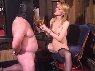 Ondeugend blondine milf dominante bizar vrouwelijke dominantie piss drinken