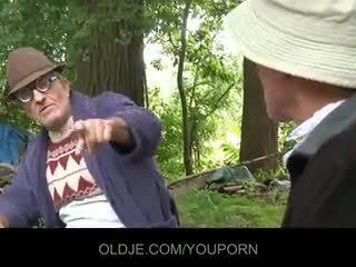 Стар farts pleasing възбуден мацка в на woods