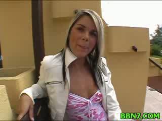 Neat 女の子 spreads 脚 へ 入手する 女 ファック