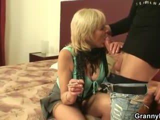Old prostitutka sucks in rides njegov tič