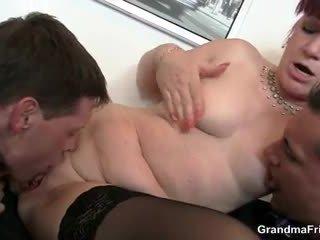 Kontoris lipakas swallows two dicks