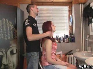 Slutty red head ýaşlar jelep aldamak her boyfriend over his friend