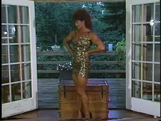 Joanne mccartney shows i të saj e mahnitshme këmbë në i shkurtër fund