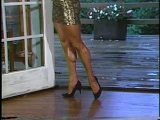 Joanne mccartney shows của cô ấy tuyệt vời chân trong ngắn váy