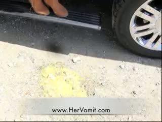 Кола болен момиче vomit puke повръщане barf гагинг