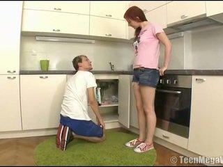 Taming 一 的阴户 在 该 厨房