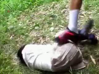 Fragile asijské školačka getting brutally fucked venkovní