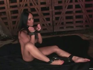 צעיר פילגיש punishing חזה גדול slavegirl