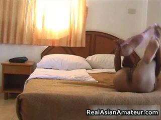 Azjatyckie cipka teases jej ciało