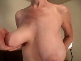 Unknown يد grabbing كبير saggy الثدي