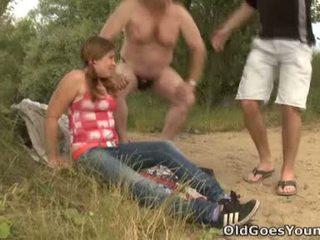 Walking w the woods has nigdy been tak wiele zabawa na celine i jej boyfriend