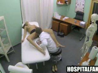 Buhok na kulay kape babaeng lobo gets licked at fucked by kanya doktor