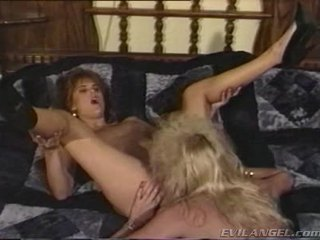 2 lesbica babes licking, ditalino & toying ogni altrui holes