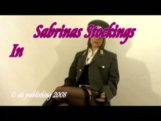Strict elskerinne i militær uniform og strømper