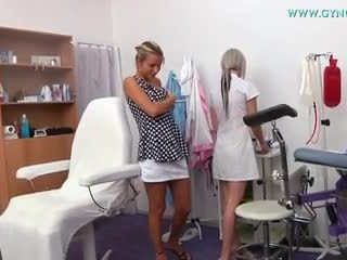 Blondi tyttö went kohteeseen hänen gynecologist varten regular tentti
