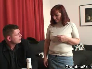 Nenek loses dalam strip poker