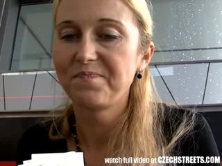 Blondynka mamuśka picked w górę na ulica