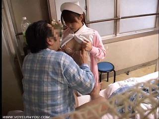 Asiatiskapojke lady sjuksköterska fönstertittare kön