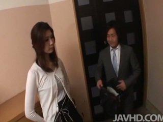 Mesum businessman seduces sexy cougar