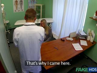 Bác sĩ banged trẻ bịnh nhân.