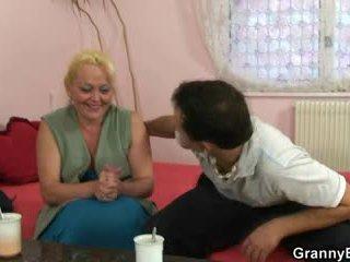 Rubia abuelita gets su peluda coño pounded