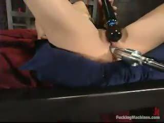 Sarah blake has got laid līdz a mighty screwing device uz a cellar