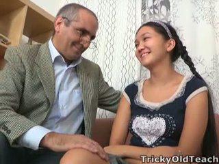 Tricky e moshuar mësues has lart në e tij nuts brenda aziatike crotch