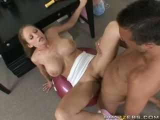 Abby rode gets a täysi helvetin treenaa kuten hän acquires slammed päällä a kuntosali ball