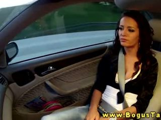 Raven amatir gives cocksuck to taxi driver