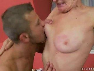 Príťažlivé babka gets ju chlpaté pička fucked