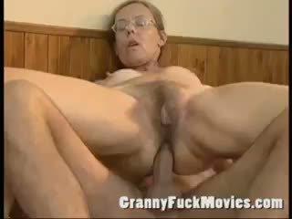 Viejo abuelita follada duro en su peluda culo
