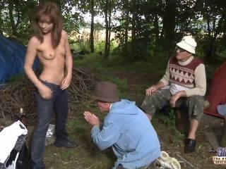 Two viejo men joder un chica para su wiskhey