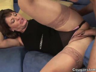 Fierbinte milf hoe sucks ei sons friends mare boner