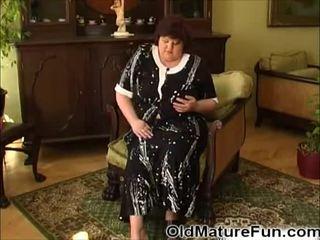 Äldre kvinnor spela med stor klantskallar video-