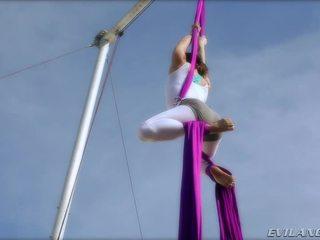 Belladonna keeps sebe v tvar doing aerial hedvábí routines
