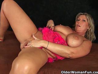 Stambus suaugę mama su didelis papai masturbates