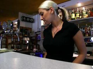 Barmaid lenka nailed في ال شريط إلى نقد