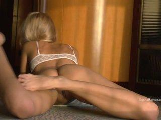 Sasha 金发 传播 她的 腿