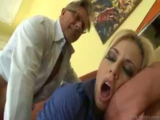 Гаряча білявка jessie volt rides старий guy на диван і eats сперма