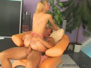 Hawt kotě gitta blond receives sprayed na ji warm throat