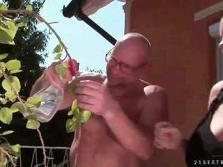 Szerencsés nagypapa fucks dögös tini lány