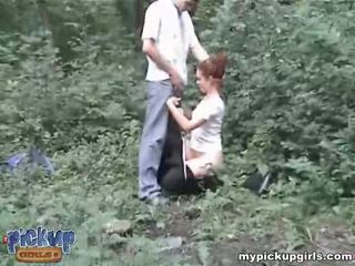 Guys roughly baise une pee-peeing copine en la wood vidéo
