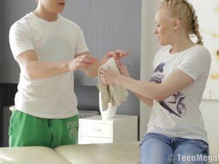 Blonda adolescenta inpulit de ei masseur
