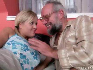 Abuelo y adolescente having diversión y caliente sexo