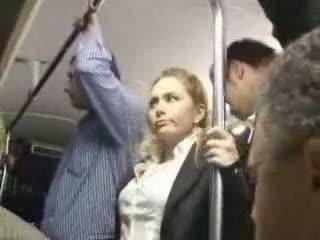 Seksi rambut pirang gadis diperlakukan tidak baik di bis