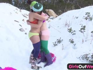 Meisjes uit west - harig rosie fingered in snow