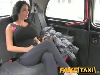 Faketaxi show dievča s veľký kozy fucks pre hotovosť