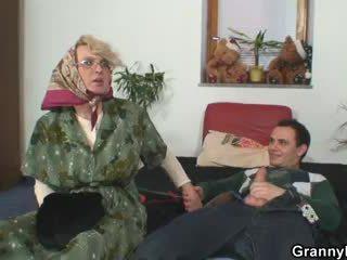 Abuela pleases an joven guy